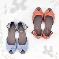 """C'è chi sceglie Lilimill per la morbidezza dei pellami, chi per l'eleganza che non rinuncia alla comodità, chi per i dettagli che fanno la differenza, chi per la qualità e l'unicità del """"fatto in Italia"""", chi per l'anima un po' romantica e un po' grintosa delle sue creazioni e chi, infine, perché vuole semplicemente indossare un po' di quella bellezza delle cose fatte col cuore ❤  #scarpedonna #womanshoes #shoeslovers #shoesforher #shoesshopping #scarpeinpelle #leathershoes #scarpeartigianali #handmade #scarpefatteamano #madeinitaly #madeinmarche #springsummer #primaveraestate #fruehlingsommer #springsummer2021 #primaveraestate2021 #fruehlingsommer2021 #summershoes #scarpeestive #sommerschuhe #sandals #sandali #sandalen #opentoe #opentoeshoes"""