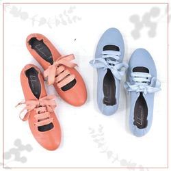 Loro sono così: un po' schive e riservate. Ma da sempre racchiudono quell'inconfondibile gusto Lilimill così caro a tante di voi: semplicità e raffinatezza, tanto stile ma senza eccessi.  Questa stagione hanno la punta più arrotondata, te ne sei accorta? Per un tocco ancora più delicato.  Da noi per voi ❤   #scarpedadonna #womanshoes #shoeslovers #shoesshopping #scarpeinpelle #leathershoes #scarpeartigianali #handmade #scarpefatteamano #madeinitaly #madeinmarche #springsummer #primaveraestate #fruehlingsommer #springsummer2021 #primaveraestate2021 #fruehlingsommer2021 #newcollection #nuovacollezione #nueukollektion #summershoes #scarpeestive #sommerschuhe #ballerineshoes