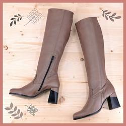 Immaginateli con un'ampia gonna che arrivi poco sopra il gambale, con dei pantapalazzo o con degli shorts abbinati ad una calza colorata. Ah, che sogno gli stivali Lilimill! 🤎  #scarpedadonna #womanshoes #shoeslovers #shoesshopping #scarpeinpelle #leathershoes #scarpeartigianali #handmade #scarpefatteamano #madeinitaly #madeinmarche #saldiinvernali #autunnoinverno #fallwinter #shoppingonline #saldiinvernali #wintersale #sconti #sanbenedettodeltronto #bolognashopping #venezia #stivali #leatherboots