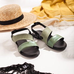 FACCIAMO UN GIOCO ☀️  Il caldo, il sole, l'aria che profuma di fiori e di mare, i gelati, le passeggiate in riva al mare, i castelli di sabbia, i cappelli di paglia, la luce fino a tardi, i balconi fioriti, la frutta colorata, le cicale, i pic nic con gli amici, la leggerezza, i vestiti di lino, i sandali...  ☀️Se diciamo estate, a te cosa viene in mente?☀️  Photo @phredographie  #scarpedonna #womanshoes #shoesforher #shoeslovers #shoesshopping #scarpeinpelle #leathershoes #scarpeartigianali #handmade #scarpefatteamano #madeinitaly #madeinmarche #springsummer #primaveraestate #fruehlingsommer #springsummer2021 #primaveraestate2021 #fruehlingsommer2021 #summershoes #scarpeestive #sommerschuhe #sandals #sandali #sandalen