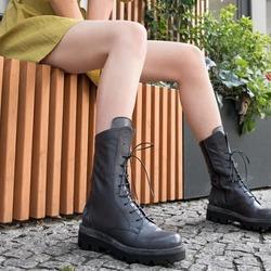 """Nel suo blog, @cliomakeup_official definisce i combat boots """"gli stivaletti del momento, le scarpe dal sapore anni '90 dal fascino underground a cui le fashion girls non riescono a resistere. Appartengono al classic mood della moda grunge, sono comodi e pratici e si sposano perfettamente con moltissimi look"""".   Già, con moltissimi look! Specialmente questi anfibi Lilimill: perfetti non solo per chi ha uno stile forte e deciso ma anche per sdrammatizzare quei look più romantici e femminili. Perché sapete già quanto noi di Lilimill ci preoccupiamo di coniugare sempre al meglio carattere e delicatezza, volumi e morbidezza, vigore ed eleganza. Provare per credere! 😉  Photo @phredographie  #autunnoinverno #autunnoinverno2021 #ai2021 #nuovacollezione #nuovacollezione2021 #fw2020 #fallwinter #fallwinter2021 #neuekollektion #womanshoes #scarpedadonna #shoeslovers #shoesshopping #shoesmania #shoesgram #shoesgramers #leathershoes #anfibi #heavyboots #combatboots #madeinitaly #madeinmarche #bologna #bolognashopping"""