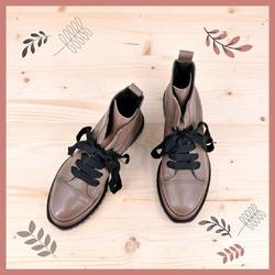 E sempre della linea Foglia trovi anche l'anfibio. Per dare un tocco un po' più grintoso alle tue giornate.  (Per chi se la fosse persa, nel post precedente vi abbiamo mostrato anche la scarpa della stessa linea. Corri a vederla!)  E tu quale preferisci? La versione scarpa bassa o l'anfibio?  #autunnoinverno2021 #ai2021 #fallwinter2021 #fw2021 #scarpedadonna #womanshoes #shoesaholic #addictedtoshoes #wintershoes #welovestyle #shoetrend #shoecam #shoesshopping #shoesgram #shoesgramers #scarpeinpelle #leathershoes #scarpeartigianali #handmade #madeinitaly #sanbenedettodeltronto #venezia #bolognashopping #saldiinvernali #wintersale #anfibi #heavyboots