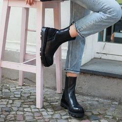 Ché per fare una scarpa c'è bisogno di un universo fatto di sogni, di tecnica e di passione: con cura si ricercano i materiali, con estro il modello prende forma prima nella mente e poi nel tratto dello stilista, con abilità la scarpa prende vita pezzo su pezzo, con dedizione il colore si crea sotto le mani esperte del rifinitore. Da noi per voi! ❤  Photo @phredographie  #scarpedadonna #womanshoes #shoeslovers #shoesshopping #scarpeinpelle #leathershoes #scarpeartigianali #handmade #scarpefatteamano #madeinitaly #madeinmarche #autunnoinverno #fallwinter #shoppingonline #saldiinvernali #wintersale #sconti #sanbenedettodeltronto #bolognashopping #venezia #stivaletti #ankleboots #stivalettineri #blackankleboots