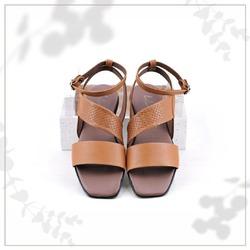 Il pellame con stampa a intreccio questa stagione ci ha davvero conquistati 🤎  Dona carattere anche ai modelli più essenziali, come questo sandalo dalle linee semplici e pulite.  Perché...chi l'ha detto che distinguersi bisogna necessariamente eccedere? 😉  #scarpedadonna #womanshoes #shoeslovers #shoesshopping #scarpeinpelle #leathershoes #scarpeartigianali #handmade #scarpefatteamano #madeinitaly #madeinmarche #springsummer #primaveraestate #fruehlingsommer #springsummer2021 #primaveraestate2021 #fruehlingsommer2021 #newcollection #nuovacollezione #nueukollektion #summershoes #scarpeestive #sommerschuhe #sandals #sandali #sandalen