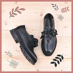 Semplice. Composta. Essenziale. Robusta. Energica.  La stringata della linea Foglia è quella scarpa di cui non riuscirai più a fare a meno una volta indossata. Perché è comoda e veloce da indossare. E poi si abbina praticamente a tutto, nonostante all'apparenza possa sembrare una scarpa poco democratica. Ma rimarrà nel cuore (e ai piedi 😉) anche delle più romantiche.  Qui la vedete nella versione nera. Ma esiste in tante altre varianti di colore: dal marrone al magenta, dal tinta al verde oliva, passando per il cuoio e il tortora.  E tu in quale colore la vorresti? Diccelo nei commenti!  #autunnoinverno2021 #ai2021 #fallwinter2021 #fw2021 #scarpedadonna #scarpeinvernali #womanshoes #shoeslovers #shoesshopping #shoesgram #shoesgramers #scarpeinpelle #leathershoes #scarpeartigianali #handmade #madeinitaly #sanbenedettodeltronto #venezia #bolognashopping #saldiinvernali #wintersale #stringate #lacedshoes