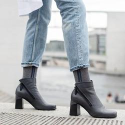 Eh no! Non può passare questo inverno senza che abbiate scelto la vostra Lilimill preferita. Quella che accompagna i vostri sogni, quella che coccola i vostri passi, quella che riponete con cura quando arriva la sera.   Photo @phredographie  #autunnoinverno #autunnoinverno2021 #ai2021 #fallwinter #autumnwinter #fallwinter2021 #fw2021 #scarpedadonna #womanshoes #shoeslovers #shoesshopping #shoesgram #shoesgramers #scarpeinpelle #leathershoes #scarpeartigianali #handmade #madeinitaly #sanbenedettodeltronto #venezia #bolognashopping #saldiinvernali #scarpecontacco #heelshoes