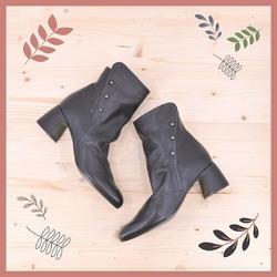 Vai!  Il mondo ti aspetta. Portagli la tua gentilezza, la tua eleganza, la tua bellezza, la tua energia. Perché ne ha bisogno ❤  #autunnoinverno #autunnoinverno2021 #ai2021 #nuovacollezione #nuovacollezione2021 #fw2020 #fallwinter #fallwinter2021 #neuekollektion #womanshoes #scarpedadonna #shoeslovers #shoesshopping #shoesmania #shoesgram #shoesgramers #leathershoes #heelshoes #tronchetti #ankleboots #madeinitaly #madeinmarche #bologna #bolognashopping