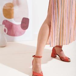 Sì, il sandalo ragno ha anche la sua versione con tacco! 😍  Ma non lasciatevi spaventare: anche chi è abituata ad indossare scarpe basse, rimarrà incredibilmente stupita dalla sua comodità. 6 centimetri di altezza che fanno la differenza ma di cui non ti accorgerai nemmeno! 😉  Photo @phredographie  #scarpedonna #womanshoes #shoeslovers #scarpeinpelle #leathershoes #scarpeartigianali #handmade #scarpefatteamano #italianshoes #madeinitaly #madeinmarche #summershoes #scarpeestive #sommerschuhe #sandals #sandali #sandalen #redshoes #redsandals